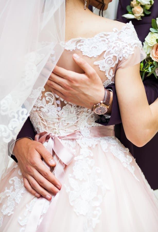 Glückliche Paare in der Weinlesekleidung lizenzfreie stockbilder