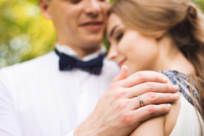 Glückliche Paare in der Weinlesekleidung Braut und Bräutigam im Freien im Naturstandort Hochzeitspaare in der Liebe am Hochzeitst lizenzfreies stockfoto
