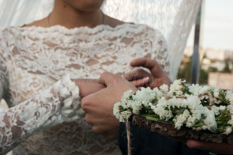 Glückliche Paare in der Weinlesekleidung Der Bräutigam setzt den Ring auf die Braut ` s Hand Vorgewählter Fokus stockbild