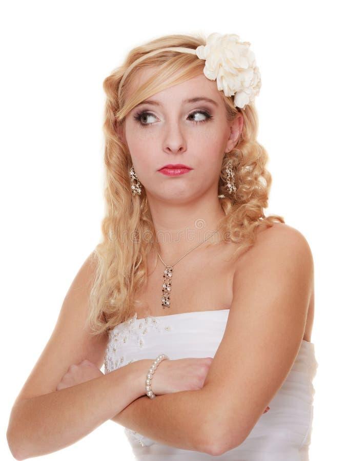 Glückliche Paare in der Weinlesekleidung nachdenkliches durchdachtes Brautporträt lizenzfreie stockfotos