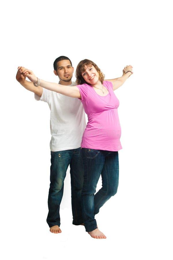 Glückliche Paare, die ein Schätzchen warten lizenzfreie stockfotos