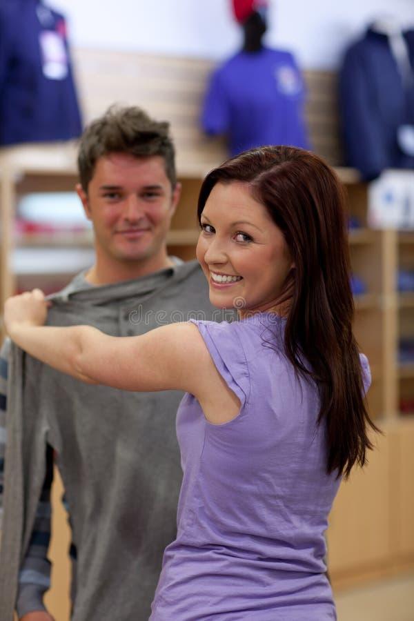 Glückliche Paare, Die Nach Einem Sweatshirt Suchen Stockbild