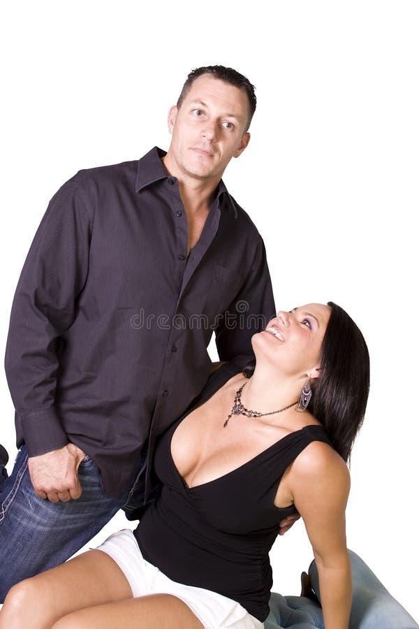 Glückliche Paare, die oben - weißen Hintergrund stehen lizenzfreie stockbilder