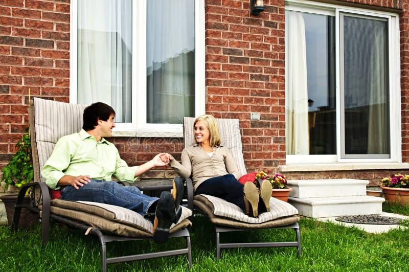 Glückliche Paare, die sich zu Hause entspannen stockfotos