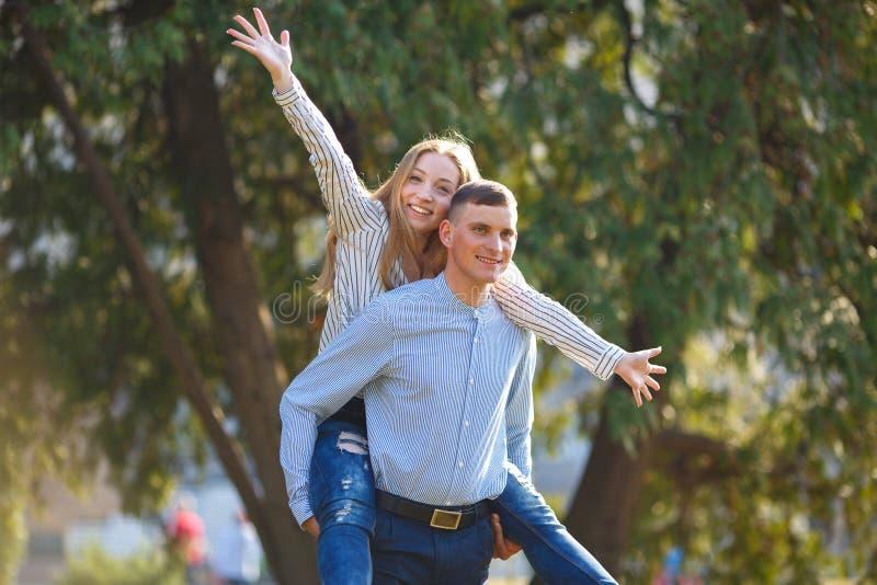 Glückliche Paare, die Spaß zusammen haben stockfotos