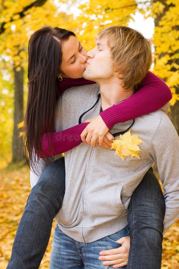 Glückliche Paare draußen stockfotografie