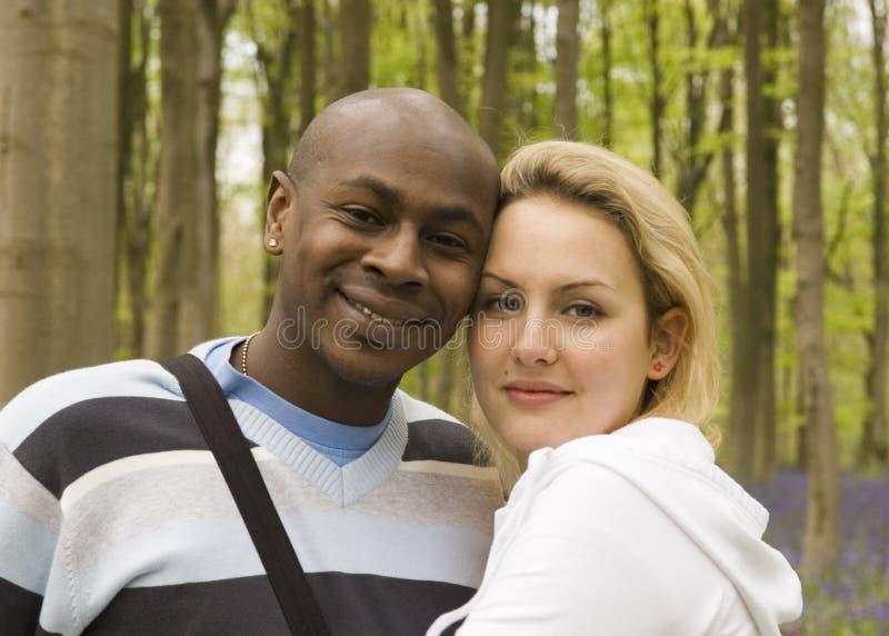 Glückliche Paare in einem Holz stockfotografie