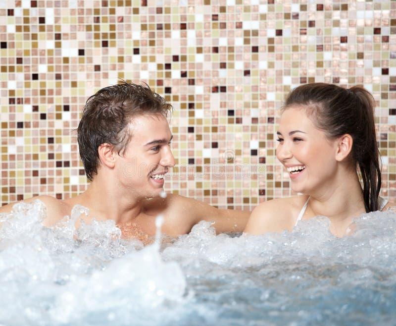Glückliche Paare in einem Jacuzzi lizenzfreie stockfotografie