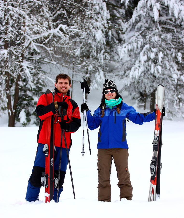 Glückliche Paare an einem Skifahrenfeiertag stockbild