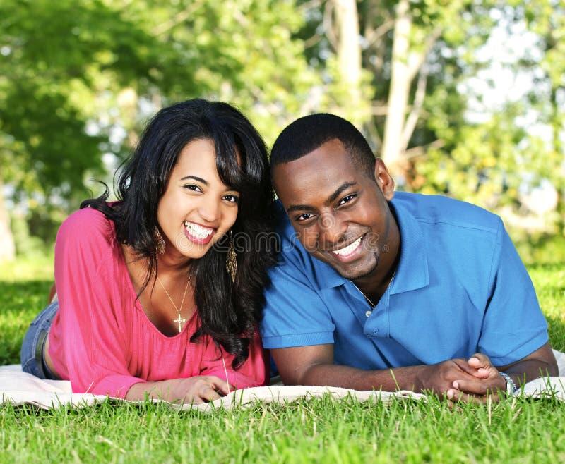 Glückliche Paare im Park stockfotografie