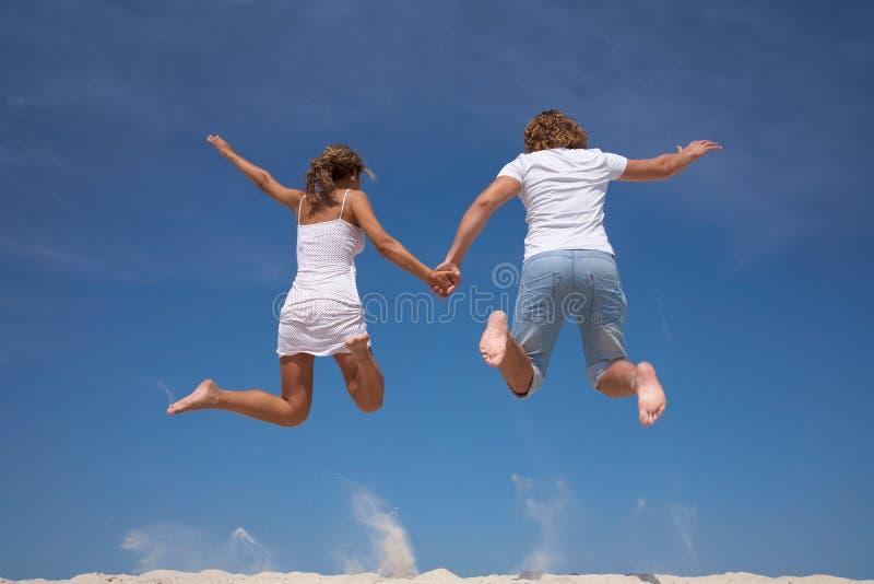 Glückliche Paare im Sprung stockfotos
