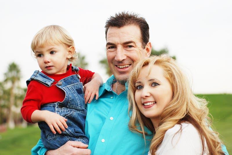 Glückliche Paare mit einem Kind stockfotos
