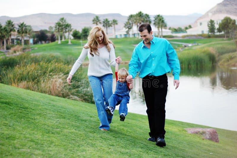 Glückliche Paare mit einem Kind stockbilder