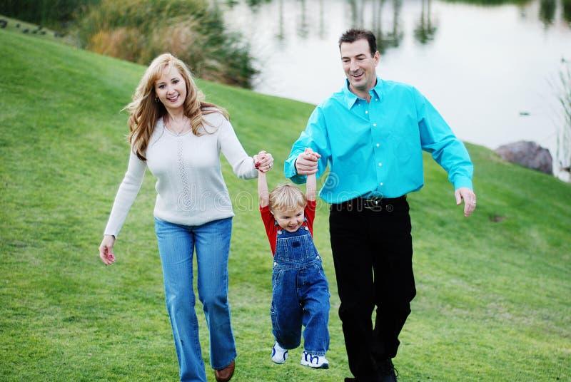 Glückliche Paare mit einem Kind lizenzfreie stockbilder