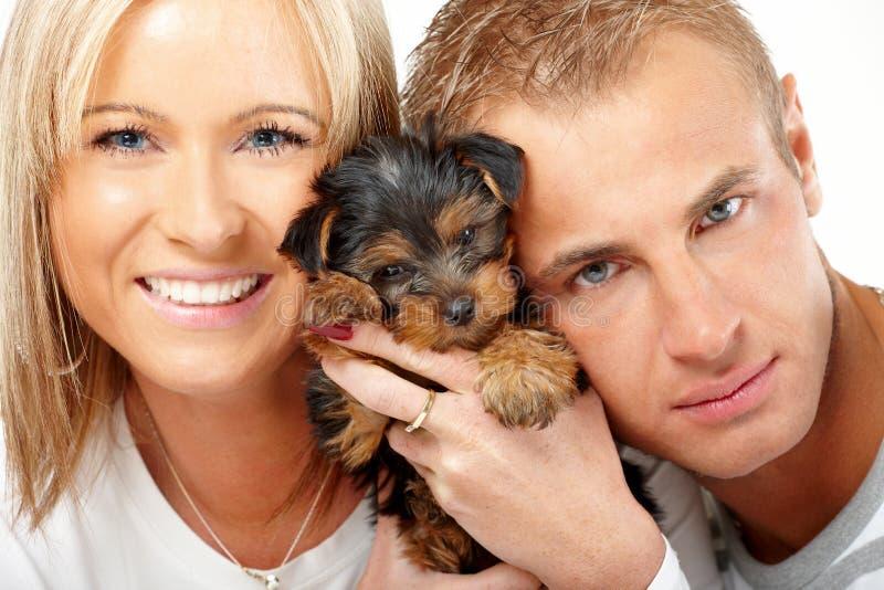 Glückliche Paare mit einem Welpen stockfoto