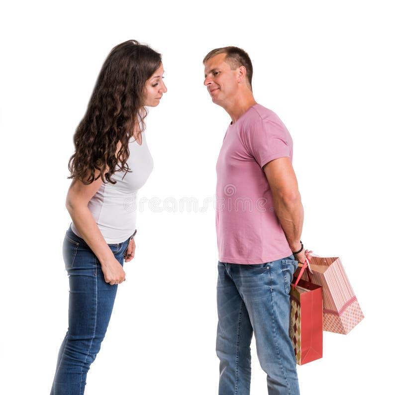 Glückliche Paare mit Einkaufenbeuteln stockfotos