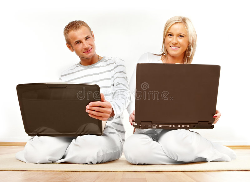 Glückliche Paare mit Laptop stockfoto