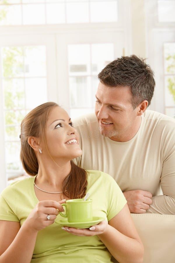 Glückliche Paare mit Teecup lizenzfreies stockfoto