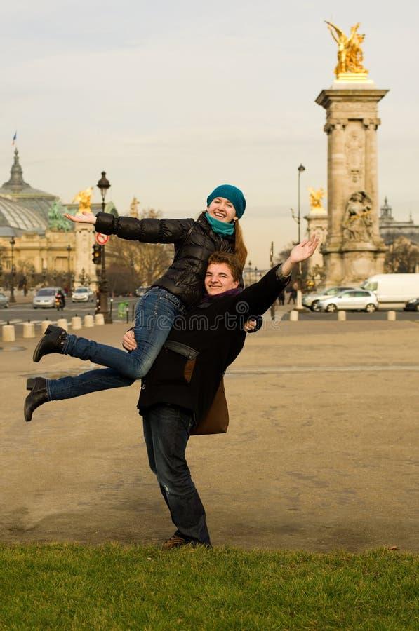 Glückliche Paare in Paris lizenzfreie stockbilder