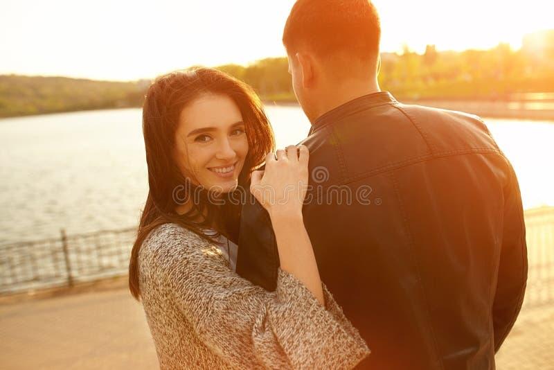 Glückliche Paare am Sonnenuntergang lizenzfreie stockfotos