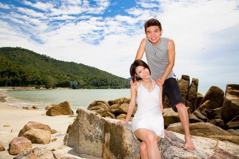 Glückliche Paare am Strand stockfoto