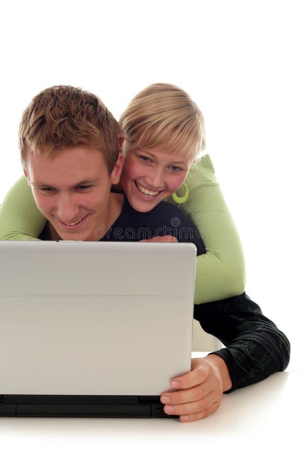 Glückliche Paare unter Verwendung des Laptops