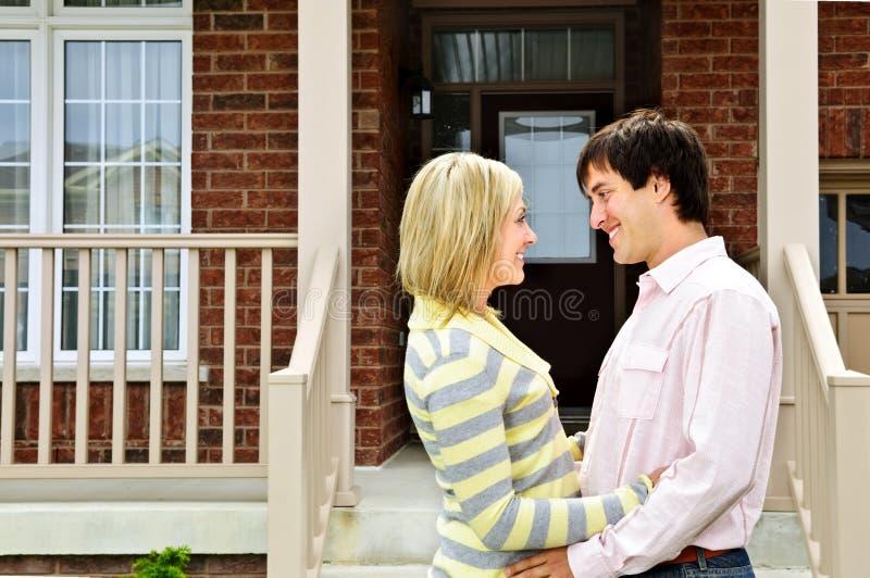 Glückliche Paare zu Hause stockbilder