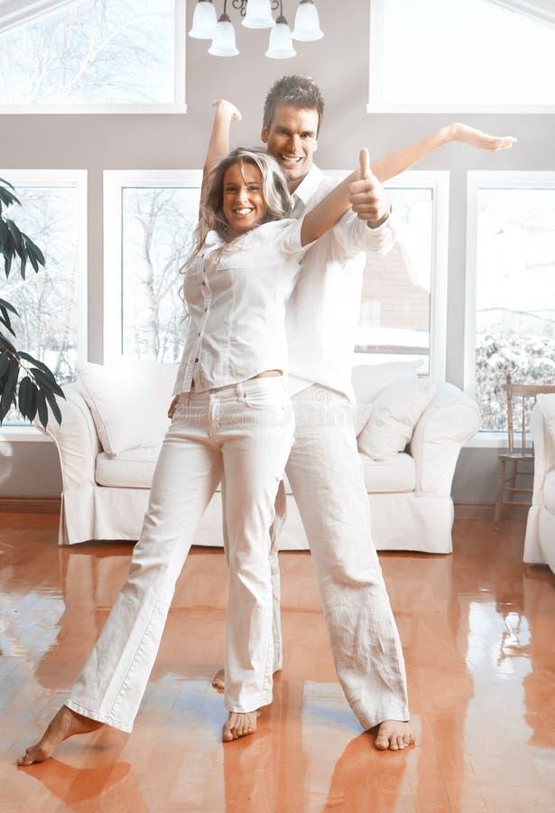 Glückliche Paare zu Hause stockbild