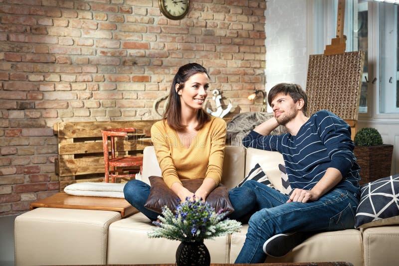 Glückliche Paare zu Hause lizenzfreie stockbilder