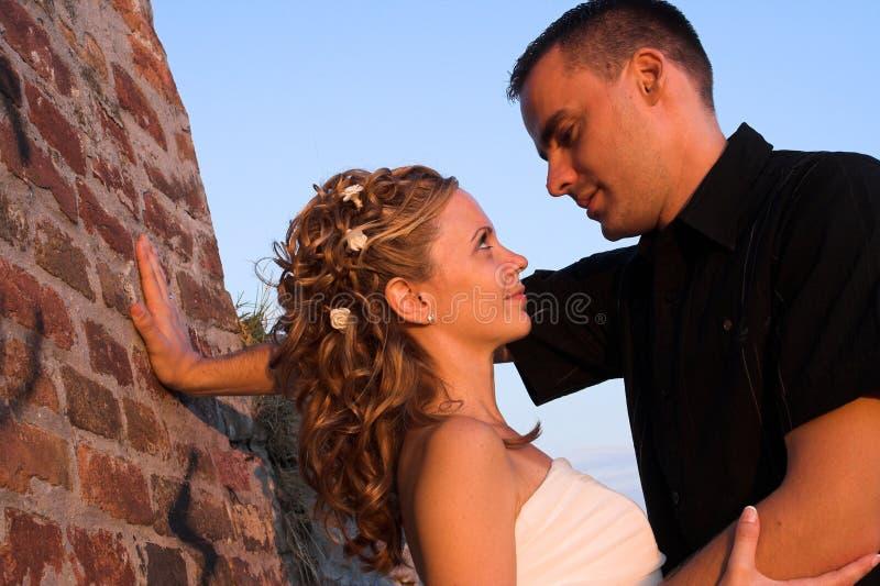 Glückliche Paarumarmung stockfoto