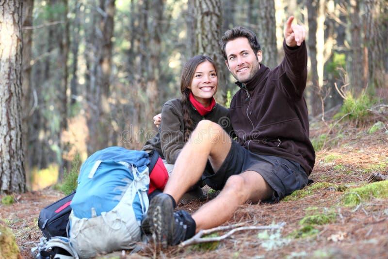 Glückliche Paarwanderer, die im Herbstwald wandern stockfotos
