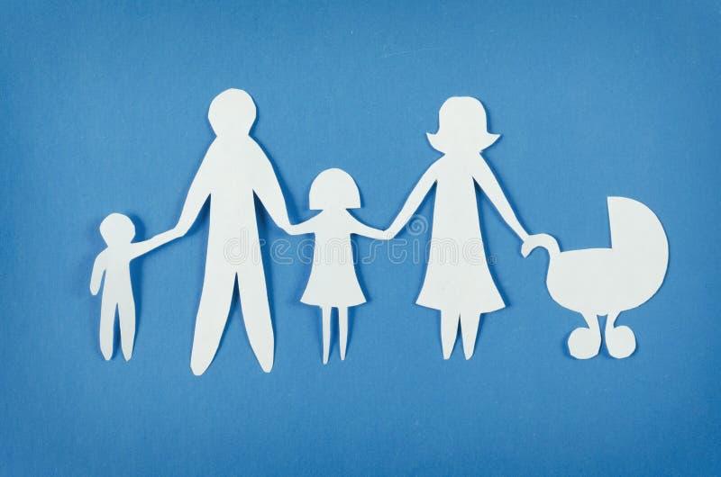Glückliche Papierfamilie stockfoto