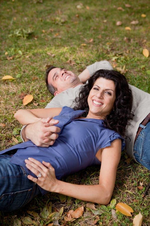 Glückliche Park-Paare lizenzfreie stockfotos