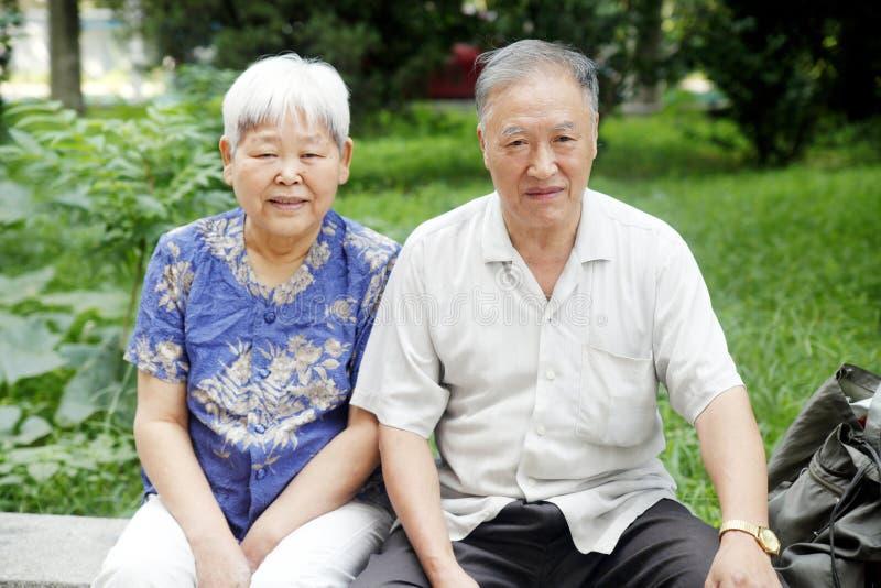 Glückliche pensionierte Paare stockbild