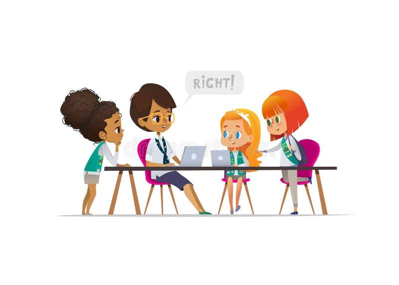 Glückliche Pfadfinderinnen und weiblicher Truppenführer, welche die Programmierung während der Lektion, Konzept der Kodierung für lizenzfreie abbildung