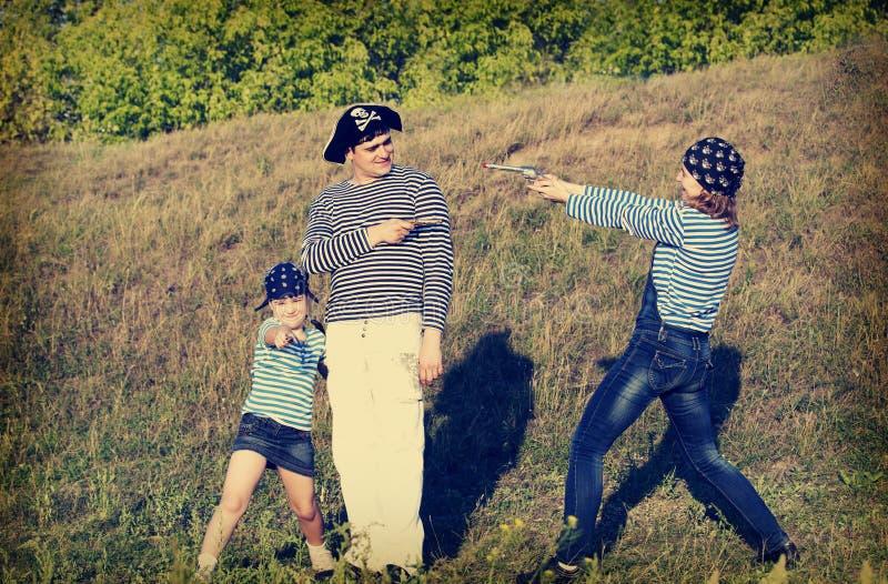 Glückliche Piratenfamilie lizenzfreie stockfotografie