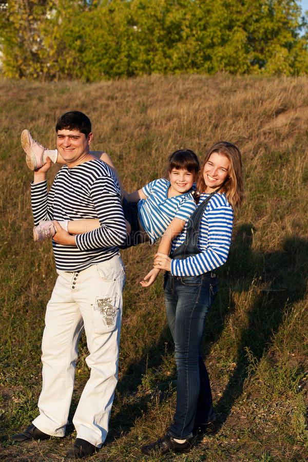Glückliche Piratenfamilie stockfotografie
