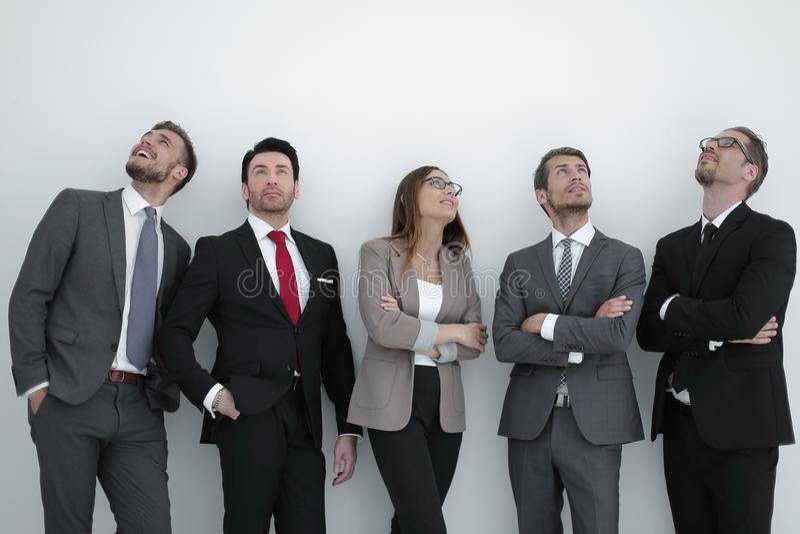 Glückliche positive Geschäftsgruppe, die oben mit dem Träumen des Ausdrucks schaut lizenzfreie stockfotos