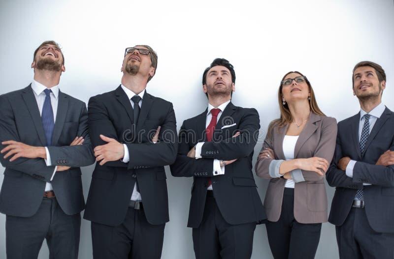 Glückliche positive Geschäftsgruppe, die oben mit dem Träumen des Ausdrucks schaut stockfotografie