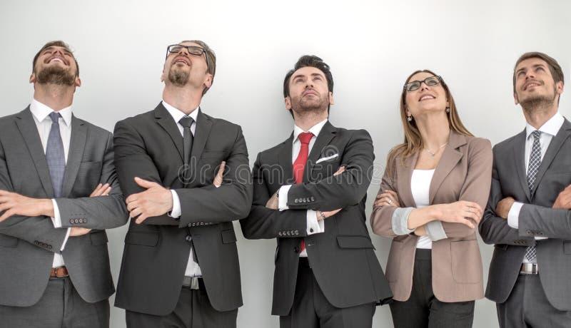 Glückliche positive Geschäftsgruppe, die oben mit dem Träumen des Ausdrucks schaut stockfotos