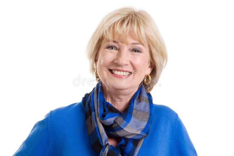 Glückliche reife Frau auf weißem Hintergrund lizenzfreie stockbilder