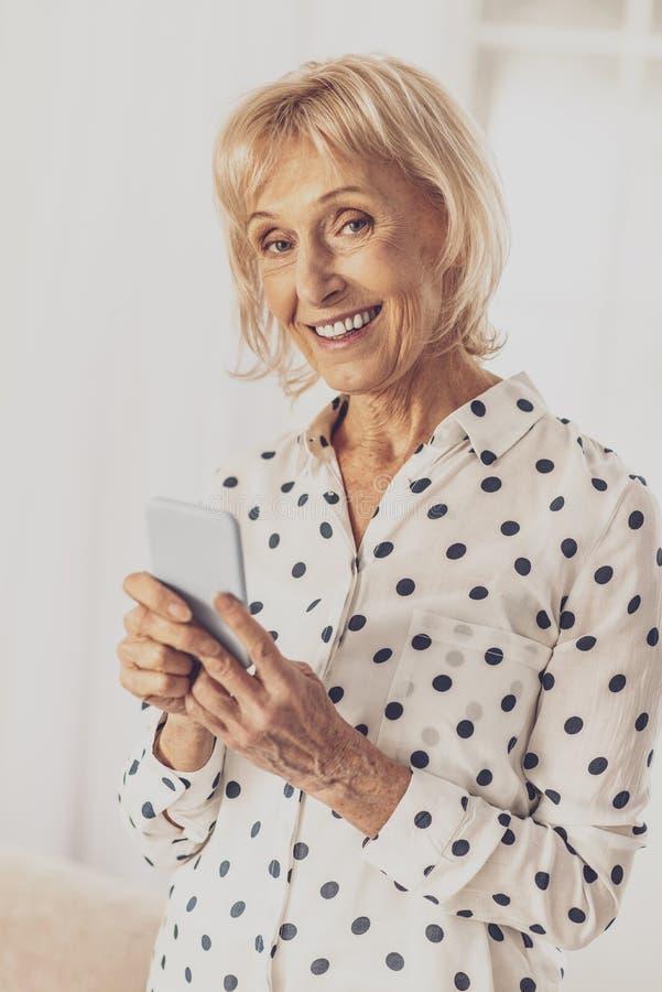 Glückliche reife Frau, die auf Kamera lächelt stockbilder