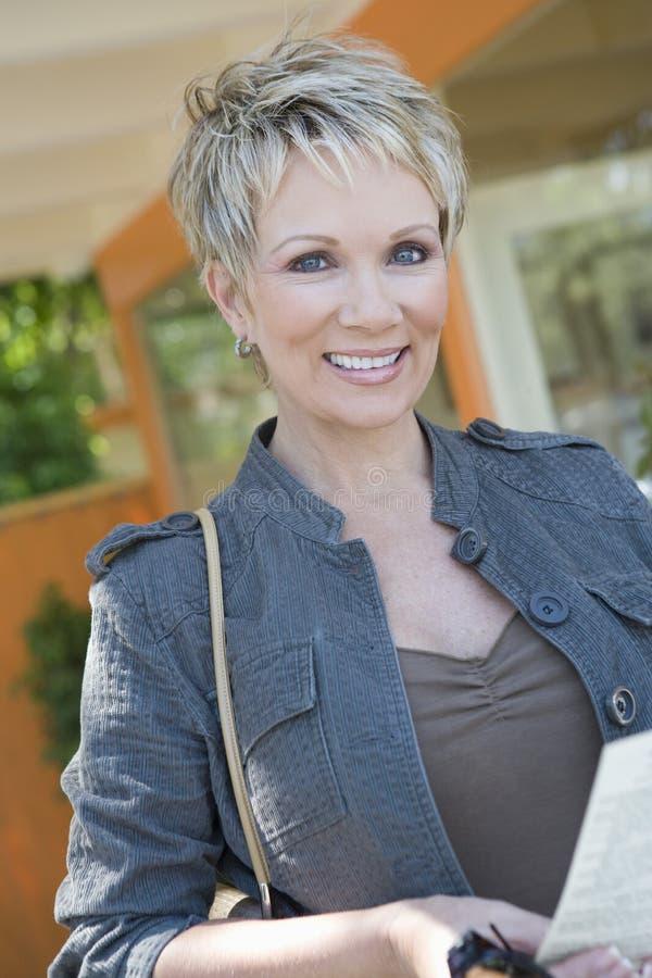 Glückliche reife Frau am Erholungsort lizenzfreie stockbilder