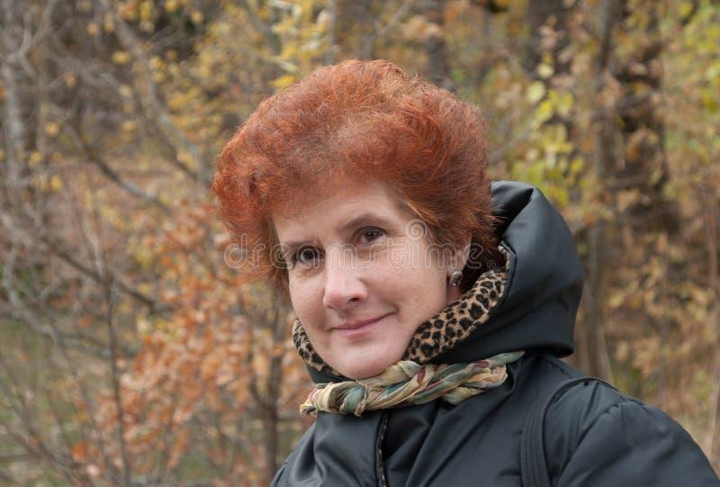 Glückliche reife Frau im Freien im Herbst stockbilder