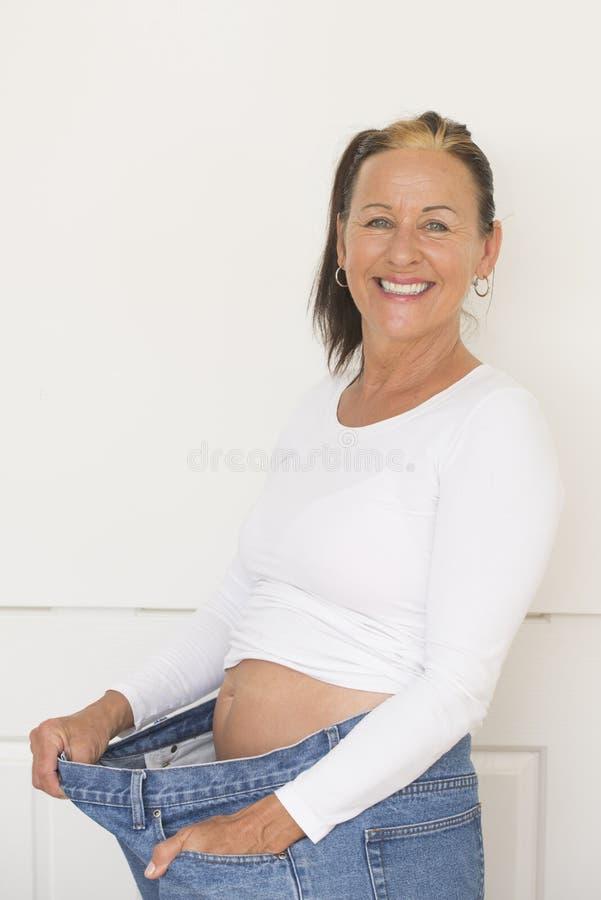 Glückliche reife Frauendiät weightloss lizenzfreie stockbilder