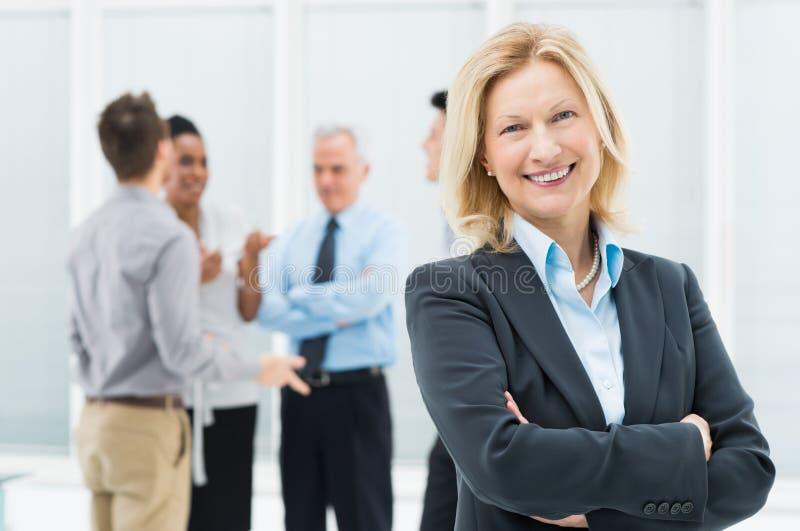 Glückliche reife Geschäftsfrau stockfotografie