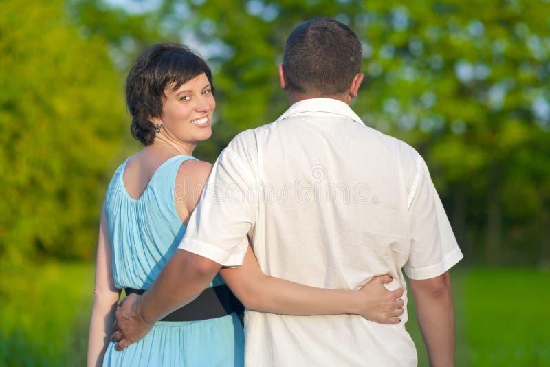 Glückliche reife kaukasische Paare, die einen Weg zusammen draußen haben Zusammen umfasst lizenzfreies stockfoto