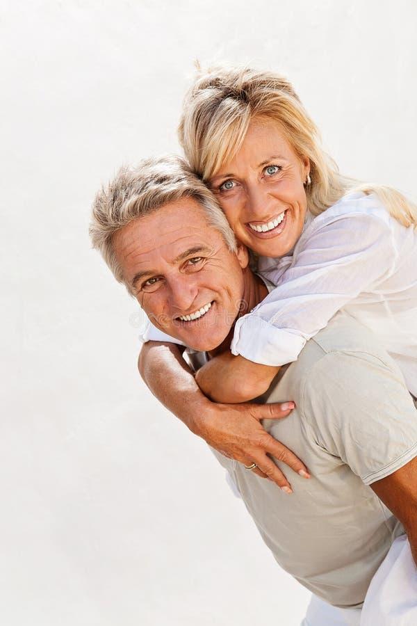 Glückliche reife Paare stockfotografie