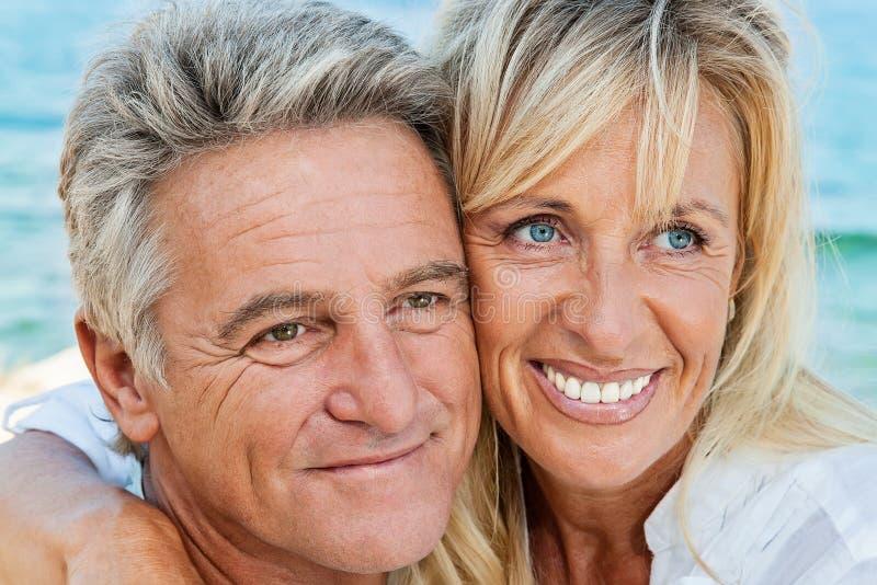 Glückliche reife Paare lizenzfreie stockfotos