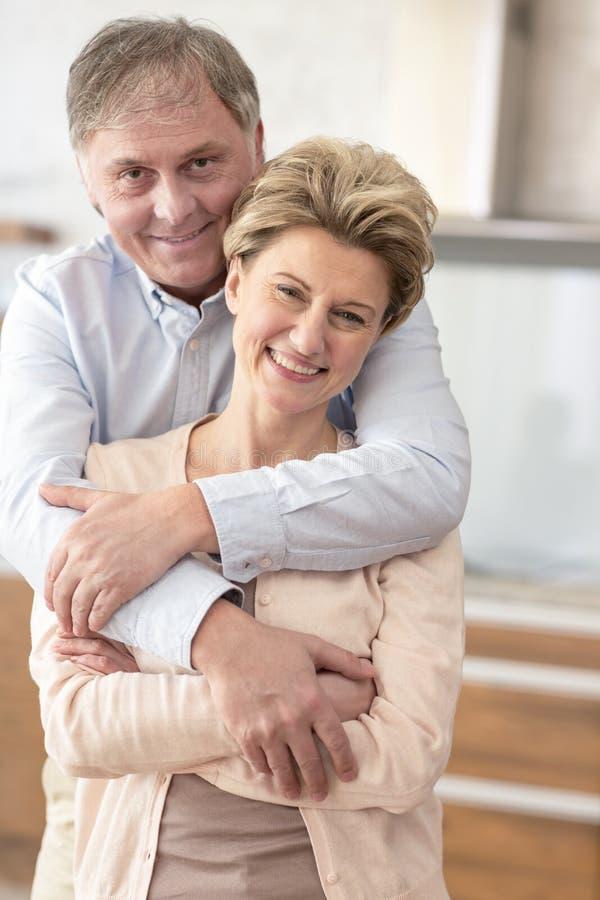 Glückliche reife Paarstellung des Porträts zu Hause lizenzfreie stockfotografie